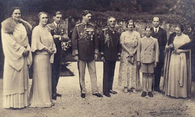 LES 50 ANS DE PELES en 1933. Pcesse ILEANA, Reine MARIE, Pce NICOLAE, ROI CAROL II, ROI ALEXANDRE et REINE MARIE DE YOUGOSLAVIE, PRINCE HERITIER MICHEL, ARCHIDUC ANTON D'AUTRICHE, REINE HELENE DE ROUMANIE née Pcesse de GRECE. C* Pce RADU de ROUMANIE