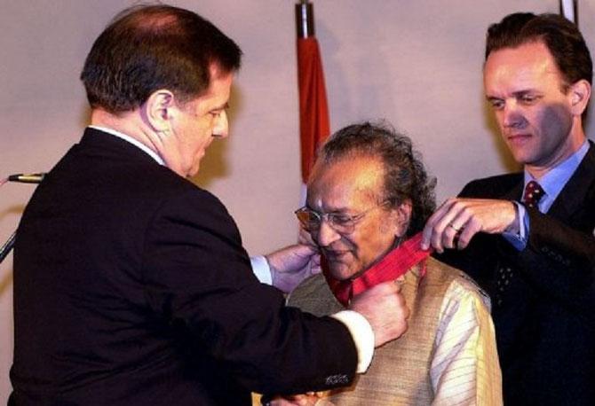 12 Février 2000. Remise de la Croix de Commandeur de la Légion d'Honneur à RAVI SHANKAR (1920+2012)