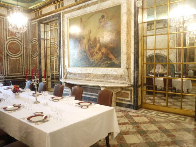 Grande salle à manger avec fontaine et masque baroque  . C* duquelu.worlpress.com