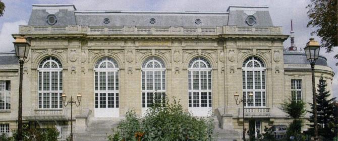 SALLE DES FÊTES DES LILAS où SE TROUVE LE THEÂTRE DU GARDE-CHASSE. BÄTIMENT SOMPTUEUX CONSTRUIT D'AOÛT 1903 à 1905 D'APRES LES PLANS DE LEOPOLD BEVIERE, INSPIRE DU TRIANON DE VERSAILLES. INAUGURE LE 15 0CTOBRE 1905.