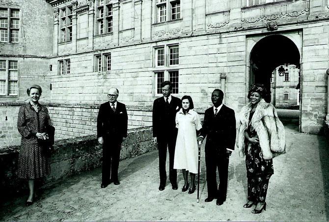 De g. à dte. Mme AMET, SON EPOUX LE PREFET DE SAÔNE ET LOIRE, PHILIPPE, CLAIRE SA 1ère EPOUSE, L'EMPEREUR BOKASSA, L'IMPERATRICE CATHERINE.  Photo avant l'arrivée des officiels.