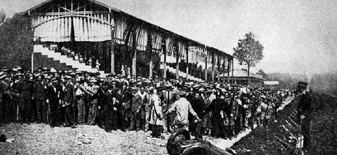ITALIE  CIRCUIT DE MONZA  9 EPTEMBRE 1928.  LA TALBOT DE MATERASSI S'ECRASE DANS LE FOSSE APRES AVOIR FAUCHE AU PASSAGE LA FOULE : 27 MORTS avec MATERASSI.