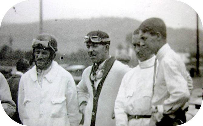 1927 GRAND PRIX d'ESPAGNE g. à dte. L'EQUIPE BUGATTI : MOREL, DUBONNET, CONELLI, PALACIO