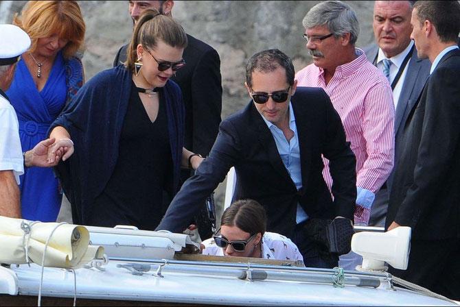 Gad Elmaleh aide les invités à s'embarquer