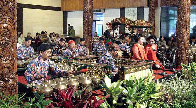 ENSEMBLE TAMAN MINI INDONESIA INDAH, JAKARTA. AVEC 2 CHANTEUSES (SINDHEN) : MARIAGE à SASONO UTOMO.