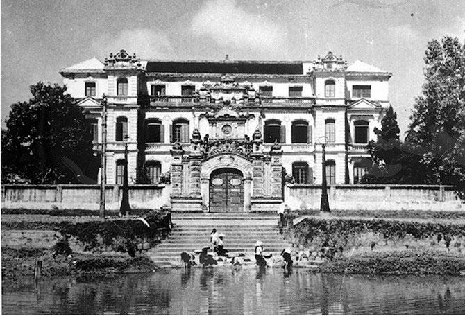 PALAIS surmonté d'un 2è étage vers le milieu du 20è siècle. FACADE SUD donnant sur la rivière AN CUU.