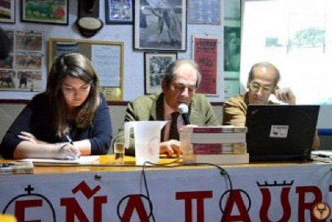 "MONT DE MARSAN. SAMEDI 21 NOV. 2015.  DON ANTONIO II MIURA (centre), au 40è ANNIVERSAIRE DE LA PENA TAURINE "" A LOS TOROS"" . A droite ANTONIO PURROY VICE-RECTEUR DE LUNIVERSITE PUBLIQUE DE NAVARRE.  C* www.vueltaalostorros.fr  MERCI"