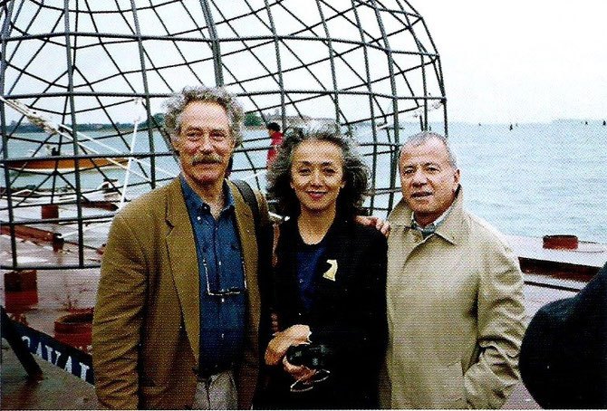 VENISE 1993. BEN JAKOBER, ANNICK VU ET  ACHILLE BONITO OLIVA, CRITIQUE D'ART ITALIEN CONTEMPORAIN.  DEVANT LE CAVALLO DI LEONARDO.