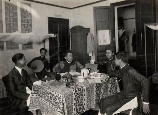 FOYER DES TRAVAILLEURS ANNAMITES FONDE LE 6 MAI 1922 PAR PAUL MONET DU SERVICE GEOGRAPHIQUE DE L'ARMEE. IMPRESSIONNE PAR LES DESSINS QUE NAM SON REALISE POUR LE FOYER, MONET RECOMMANDE LE JEUNE PEINTRE à TARDIEU.