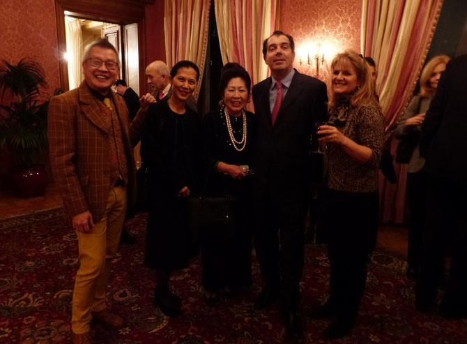 UN COCKTAIL BIEN ARROSE : g.à dte. NGO KIM KHOI, Loan DE FONTBRUNE, Maguy TRAN, Prince CARL, Baronne Patricia EMPAIN. C* Princesse Elizabeth DE BOURBON PARME