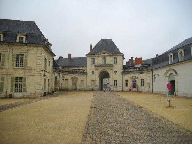 ABBAYE DE FONTEVRAUD.   Entrée de la Cour d'honneur.  A dte. la FANNERIE. C* Claudius B.