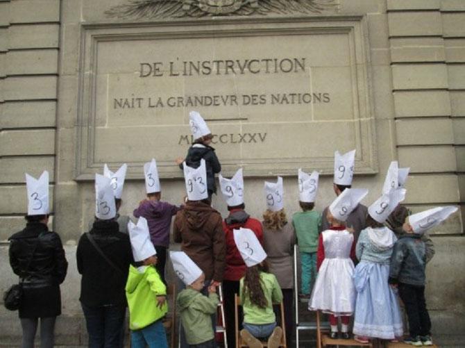 """2014. """"LES BONNETS D'ÂNE DE SAINT-DENIS"""" : MANIFESTATION DES PARENTS D'ELEVES.CONTRE LE MANQUE D'EFFECTIFS."""