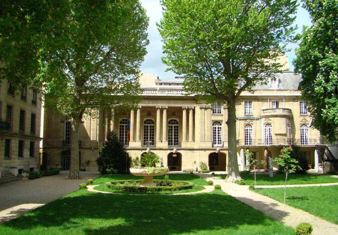Martine de BEHAGUE refit construire l'Hôtel par le célèbre architecte Walter-André DESTAILLEUR qui en fit un petit Palais. Fermé au monde pendant les 55 années  communistes, l'Ambassade commence à dévoiler ses merveilles  au 21è s. en quête de mécènes.