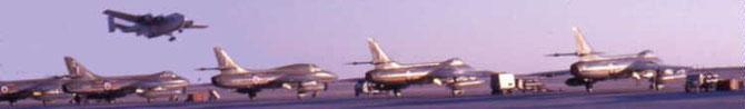 "RAF SHARJAH.  UN "" BEVERLEY ""   AU DESSUS DES "" HAWKER HUNTER "". circa 1962 / 1963"