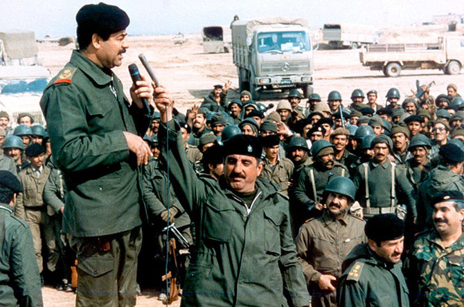 AVRIL 1990. SADDAM HUSSEIN HARANGUE SES TROUPES.