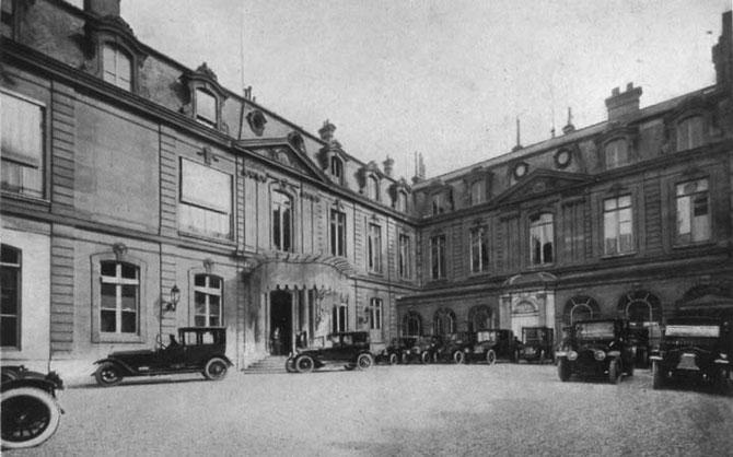 1921. LA COUR D'HONNEUR, CÔTE RUE DU FAUBOURG SAINT HONORE.