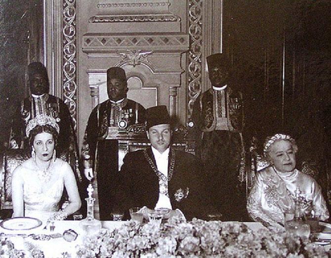 LA REINE SEMBLE ETOUFFER DANS CE PALAIS. g. à dte. REINE NAZLI, ROI FAROUK 1er, SULTANE MELEK (1869-1956) VEUVE DE HUSSEIN KAMEL, ONCLE PATERNEL DU ROI.