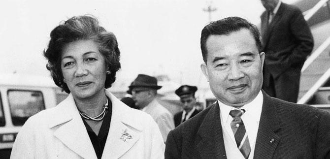 LONDRES.  13 0CT. 1963. MÔM ALINE ATTERRISSANT à L'AEROPORT AVEC SON EPOUX LE PRINCE SOUVANNA PHOUMA.