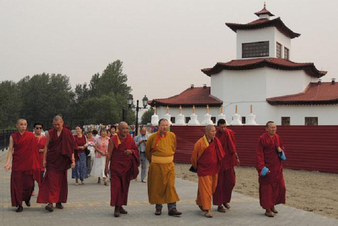 TELO TULKU RINPOCHE VISITE KYZYL AVEC LE CLERGE LOCAL . C* tibet.net