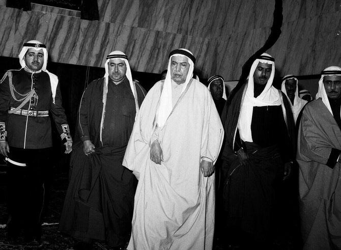 29 JANVIER 1963. SON ALTESSE L'EMIR ABDULLAH III  INAUGURE LA PREMIERE ASSEMBLEE NATIONALE DU KOWEIT.  CES 3 DERNIERES PHOTOS FONT PARTIE DES ARCHIVES DE AL DIWAN AL AMERI. AVEC NOS RESPECTUEUX REMERCIEMENTS.