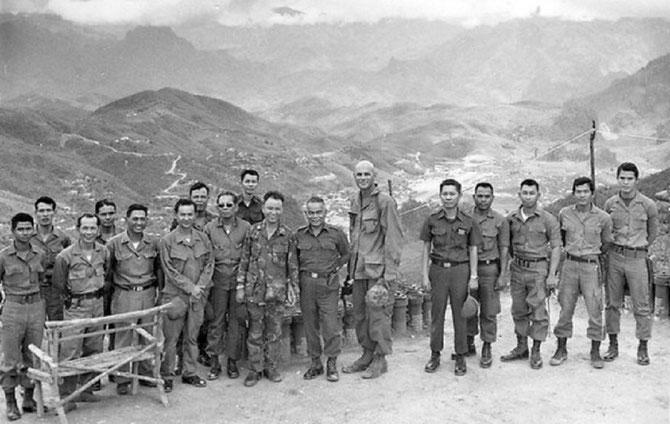 Lima Site 98 . BURR SMITH  le géant avec le Capitaine VANG PAO et le Capitaine Thai SURAKY-MAYALAB