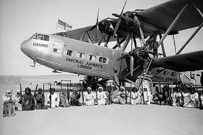 LE HANNO, HANDLEY PAGE HP 142 BIPLANE, QUATRE HELICES. ICI PENDANT UNE ESCALE AU KOWEIT, CERNE PAR LA GARDE DE L' EMIR DE SHARJAH . IL FUT LE PREMIER AVION à ATTERRIR LE 5 OCT. 1932 SUR LE VIEIL AEROPORT AL MAHATTA -- MUSEE DE L'AVIATION DEPUIS 2000 --