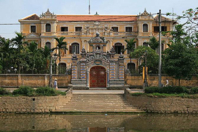 PALAIS DE LA PAIX, CUNG AN DINH . 97 rue PHAN DINH PHUNG. Dernière résidence de la reine mère TU CUNG. Après 1955 elle s'installa au 79 (aujourd'hui 145) de la même rue, jusqu'à sa mort.