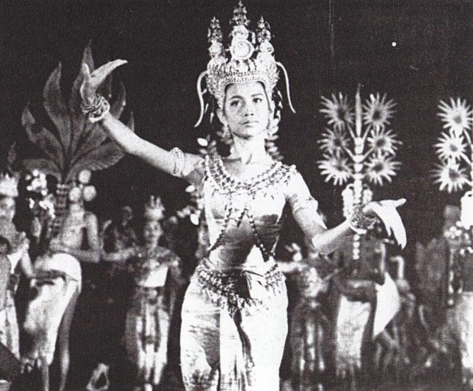 """1964. La Princesse BUPPHA DEVI en stage à l'OPERA de PARIS : """" L'OISEAU de FEU """""""