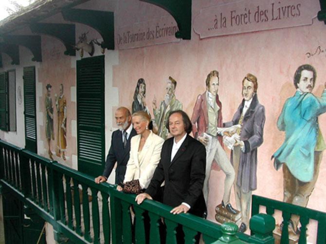 2005. LE PRINCE ET LA PRINCESSE MICHAEL DE KENT AVEC LEUR HÔTE.