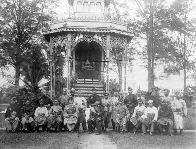 1909. LE IXè SULTAN MA'MOEN AL RASYID PERKASA ALAMSYAH et sa cour. Né le 2 Avril 1853 il était marié à CHE IBU BAGINDA (+1945) et a régné de 1873 à 1924. Il est mort le 9 Septembre 1924.