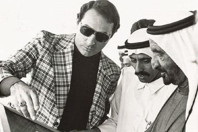 """1980. YUSEF SHALABI SEDUISANT INGENIEUR, INDIQUE à KHALAF AL HABTOOR et AU SOUVERAIN RASHID II AL MAKTOUM,  L'EMPLACEMENT EXACT DU FUTUR """" DUBAI PETROLEUM COMPLEX """"."""