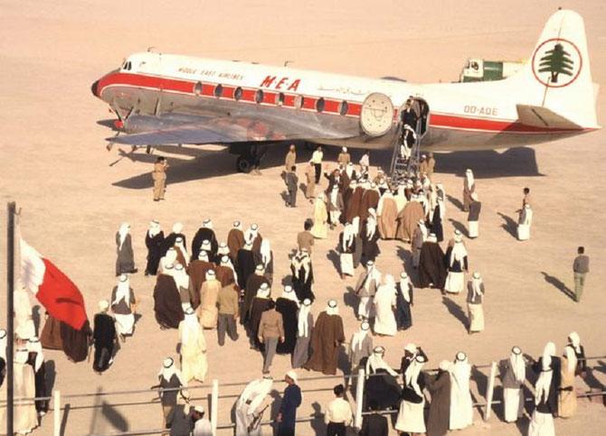 1960.  AEROPORT DUBAI. MIDDLE EAST AIRLINES. IL Y A 2% DE FEMMES .....!!