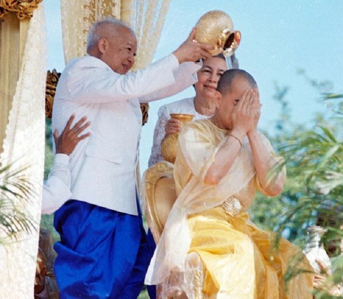 Le 29 Octobre 2004 au matin le Roi-Père  SIHANOUK procéde à l'ondoiement du nouveau Roi SIHAMONI avec l'eau du Phnom Kulen.
