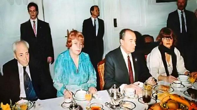 AMBASSADE DE FRANCE à SOFIA. 19 JANVIER 1989. REMAKE DU PETIT DEJ' DE PRAGUE. AUTOUR DU PRESIDENT MITTERRAND : ALEXIS CHELOUDKO, BLAGA DIMITROVA, KOPRINA TCHERVENKOVA