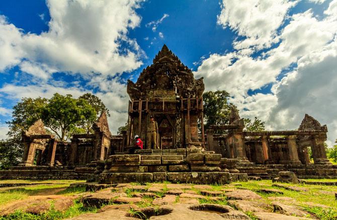 TEMPLE de PREAH VIHEAR . Inscrit le 7 Juillet 2008 au patrimoine mondial de L'UNESCO, A la frontière avec la Thaïlande, il est  source de conflits entre les 2 pays depuis 1953, Le verdict de la CIJ en Nov. 2013 en attribue au Cambodge la souveraineté