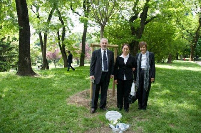 5 MAI 2009. LE DOCTEUR PIETRO KUCIUKIAN et MADAME RAKEL DINK AVEC SA FILLE DANS LE JARDIN DES JUSTES à MILAN.