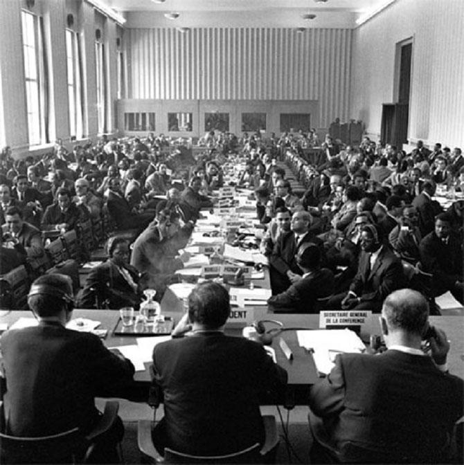 18 AVRIL 1955 . VUE GENERALE DE LA CONFERENCE.