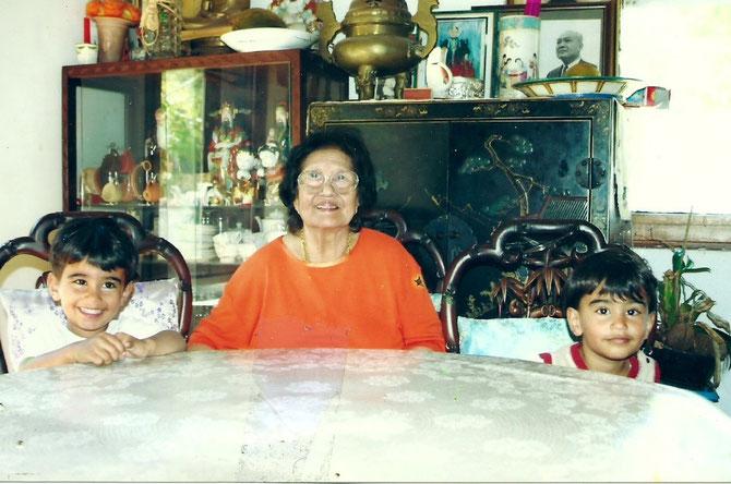 Mme DEO VAN TAI avec LES JUMEAUX DE SA PETITE-FILLE VANESSA DANS SA MAISON DE LA PANOUSE, à MARSEILLE.