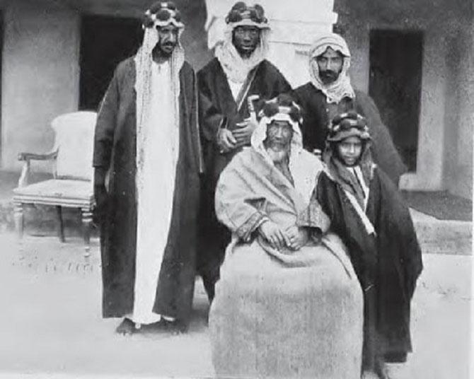 1903. LE SHEIKH MOUBARAK  AL SABAH. DEBOUT à GAUCHE : SHEIKH JABER AL MUBARAK AL SABAH, 8è EMIR DU KOWEÏT.  DEBOUT à DROITE : CHEIKH SALIM  AL MUBARAK AL SABAH. C* da.gov.kw