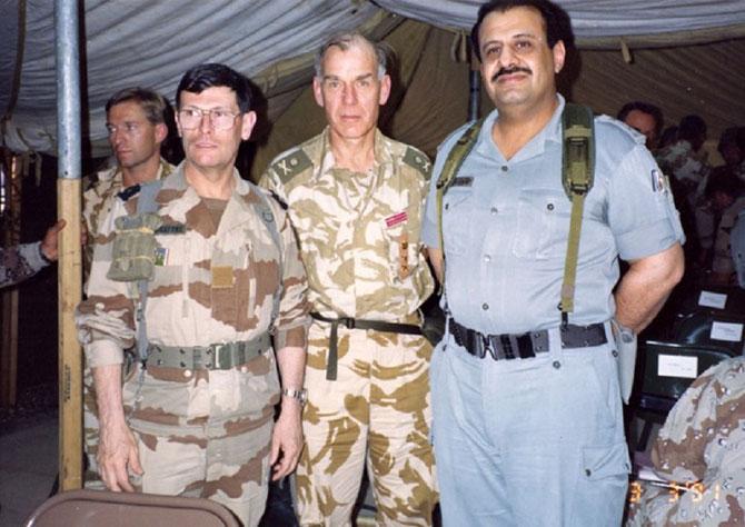 g.à dte. LE GENERAL ROQUEJEOFFRE, Sir Peter de LA BILLIERE et le Prince KHALED bin SULTAN