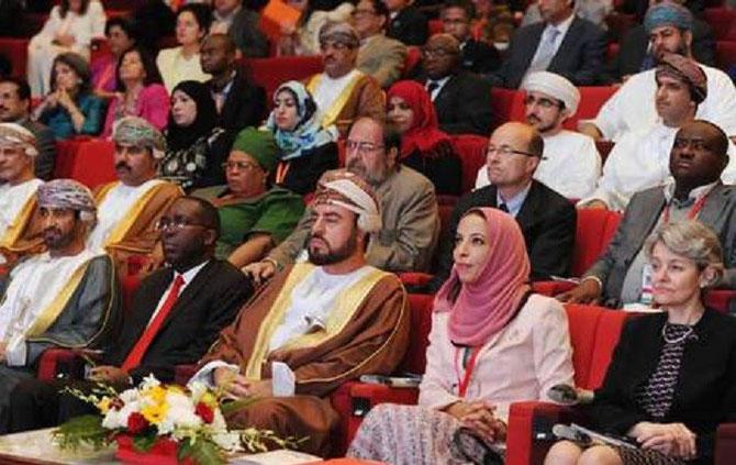 Son Altesse le Prince ASA'AD à la Conférence du 14 Mai 2014 sur l'Education à Mascate. A droite Irina Bokova, UNESCO et le Dr. Madiha bint Ahmed Al Shaibani, Ministre de l'Education.