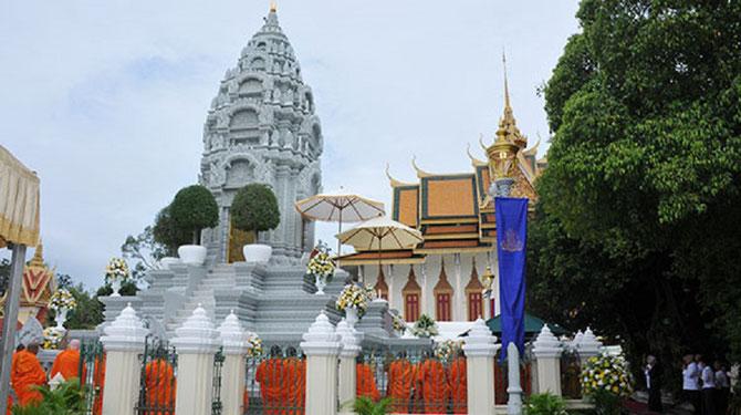 PHNOM-PENH. Le stupa où est déposée l'urne funéraire du ROi. A l'arrière-plan LA PAGODE D'ARGENT