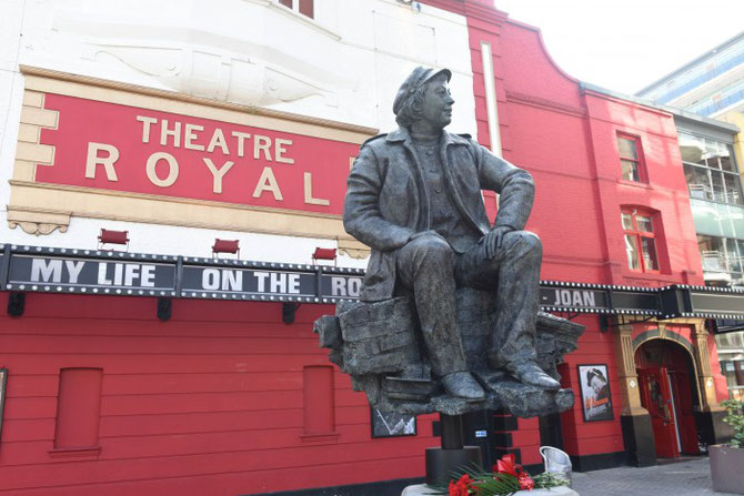"LA STATUE DE JOAN LITTLEWOOD DEVANT LE THEATRE ROYAL de STRATFORD : PRESENTATION DE SON LIVRE  ""MY LIFE ON THE ROCK"". C* Robert DAY"