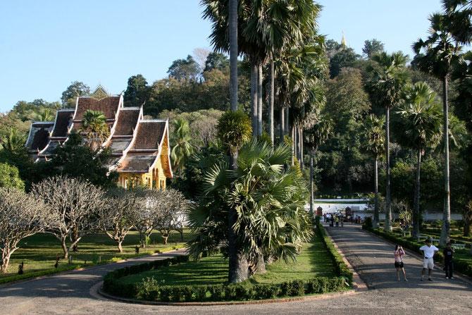 La nouvelle pagode, à gauche de l'entrée; à droite, sur le ciel bleu se détache le sommet doré du Wat Chomsi.