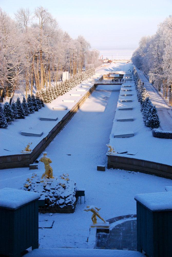 GRAND CANAL DE PETERHOF QUI SE DEVERSE DANS LE GOLFE DE FINLANDE.