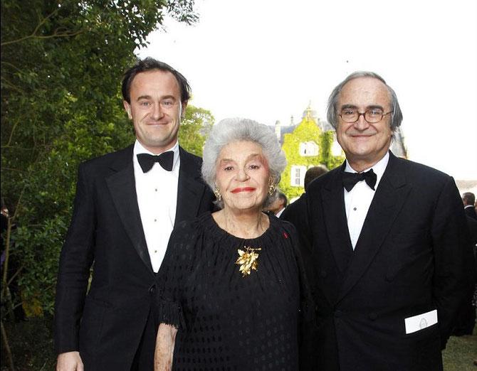 23 JUIN 2011. CHÂTEAU LASCOMBES MARGAUX. FÊTE DE LA ROSE  clôturant le Ve VINEXPO...........     .g. à dte. JULIEN et ses parents PHILIPPINE, et JEAN-PIERRE DE BEAUMARCHAIS. . C* abaca