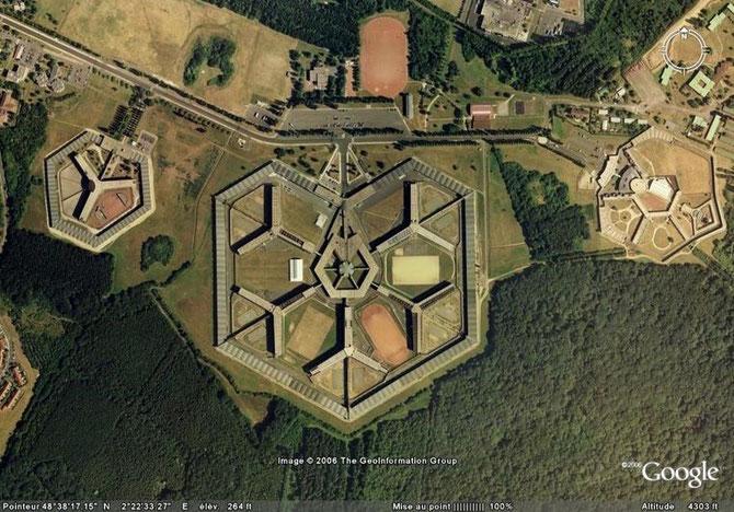 """FLEURY-MEROGIS. LES 3 QUARTIERS DISTINCTS DE LA """"PRISON MODELE""""."""