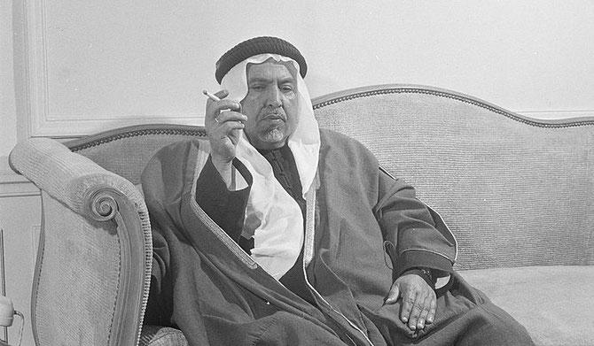 VERS 1950. S.A L'EMIR ABDULLAH III à CÔTE DE SON TELEPHONE.
