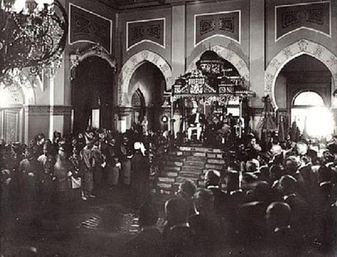 """2 SEPTEMBRE 1925. LE SULTAN RECOIT LE GOUVERNEUR HOLLANDAIS DE l'OOSTKUST, """"côte orientale"""" de SUMATRA. PALAIS MAIMOEN."""