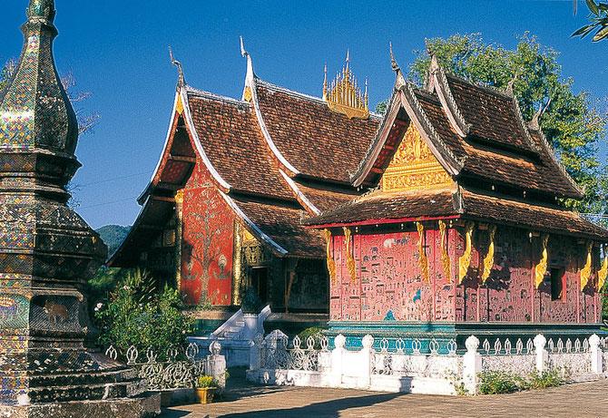 Façades postérieures du sanctuaire et de la chapelle rouge (à droite) où se trouve le bouddha couché.